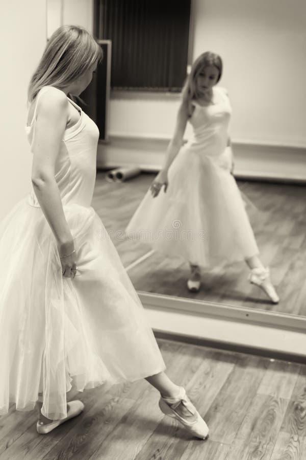 Bailarín joven hermoso que presenta delante de un espejo foto de archivo libre de regalías