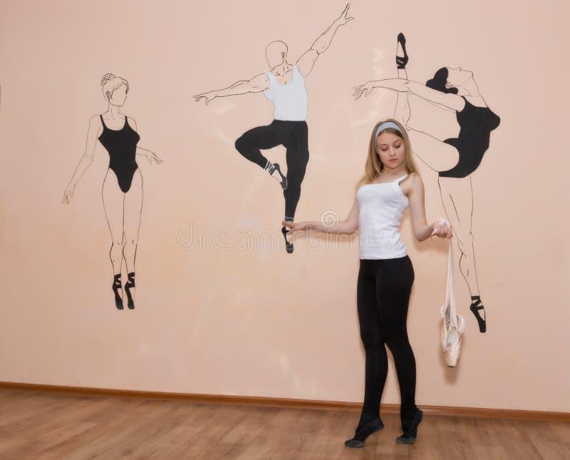 Bailarín joven que se coloca en sus dedos del pie en una postura del ballet con Pointe imágenes de archivo libres de regalías