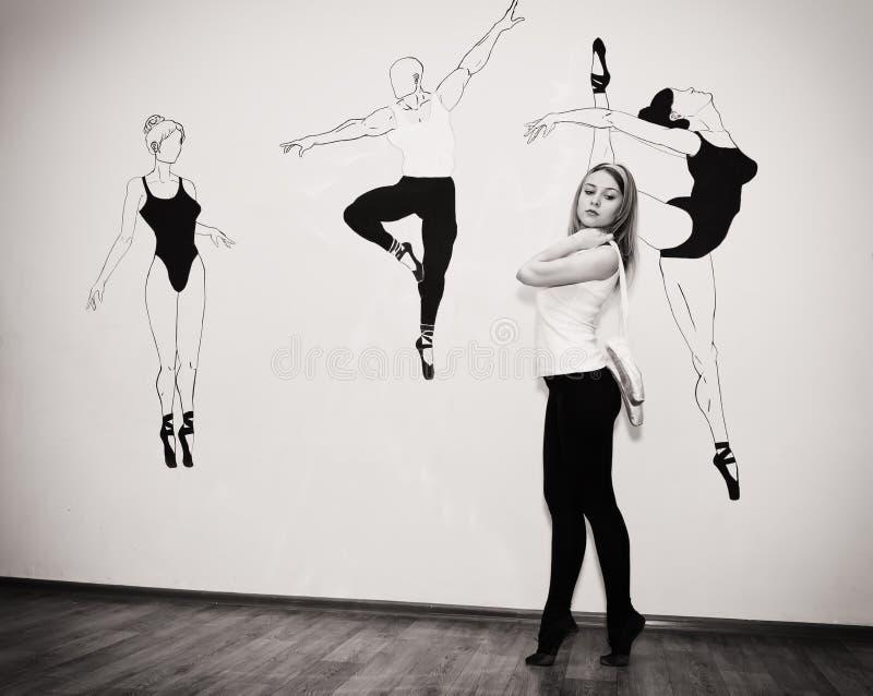 Bailarín joven que se coloca en sus dedos del pie en una postura del ballet con Pointe imagen de archivo