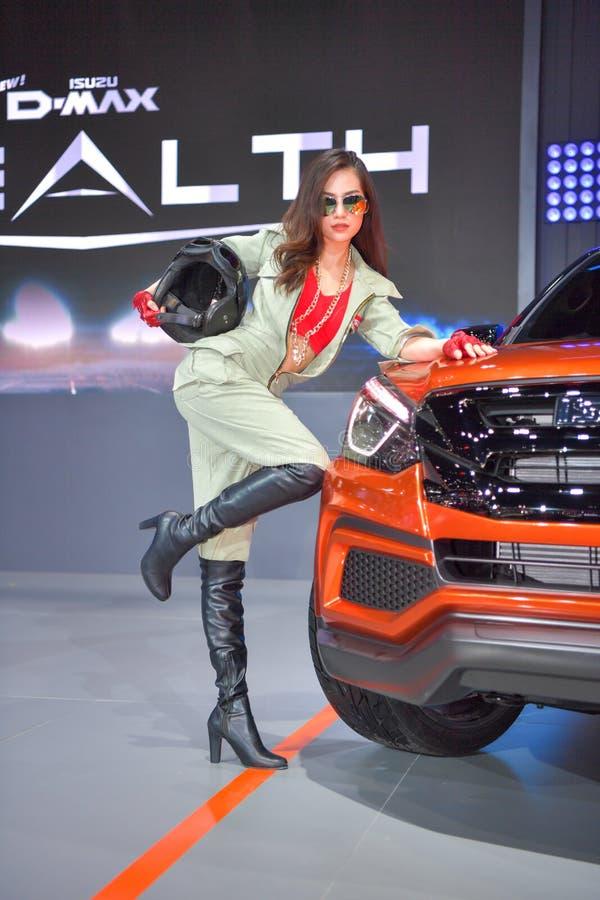 Bailarín no identificado con Isuzu MU-X SUV icónico en la exhibición en la 35ta expo internacional del motor de Tailandia el 28 d foto de archivo