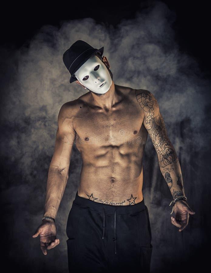 Bailarín o actor descamisado del hombre con la máscara espeluznante, asustadiza imagen de archivo