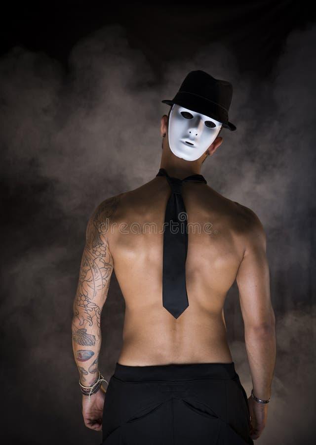 Bailarín o actor descamisado del hombre con la máscara espeluznante, asustadiza en la parte posterior de su cabeza fotografía de archivo