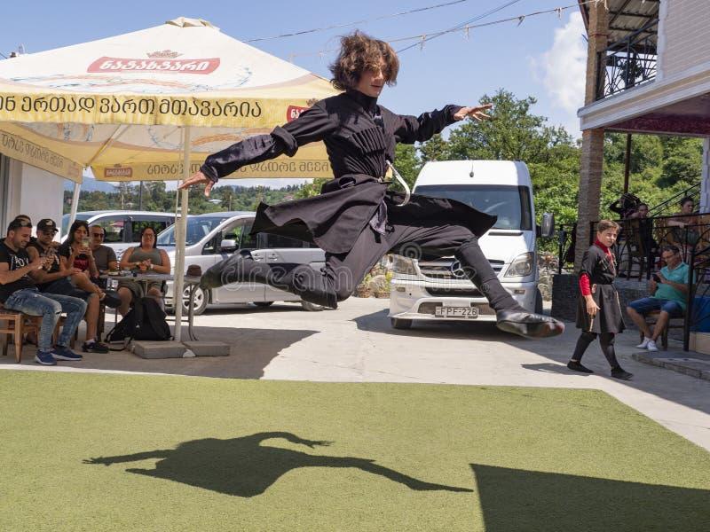 Bailarín popular georgiano imagenes de archivo