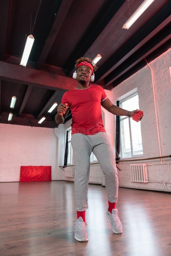 Bailarín profesional de piel morena enfocado que aprende coreografía imagen de archivo libre de regalías