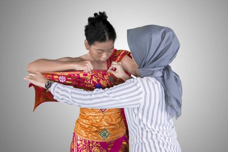 Bailarín tradicional que se prepara para llevar los vestidos imágenes de archivo libres de regalías
