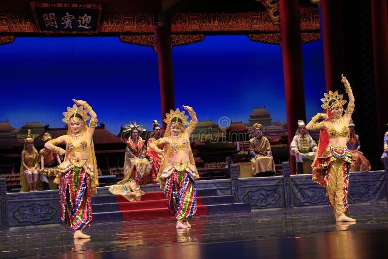 Bailarín tres del drama de la danza jugado en el teatro magnífico de Dunhuang, China imagen de archivo