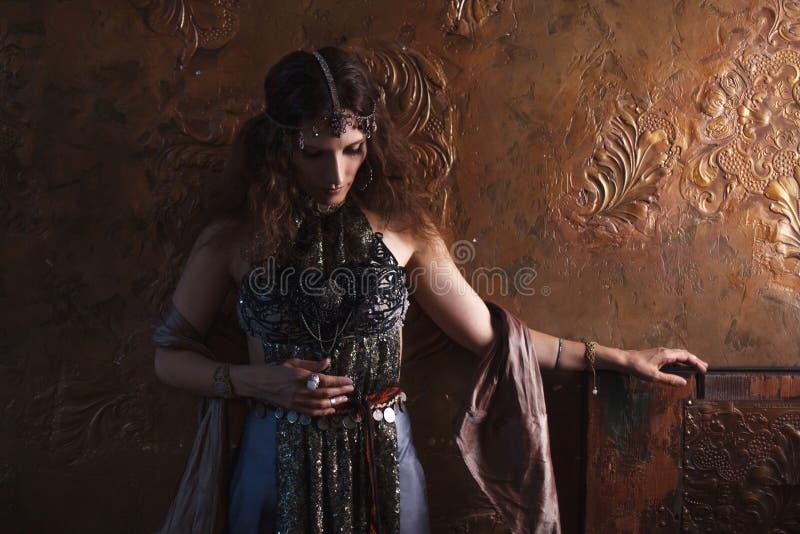 Bailarín tribal, mujer hermosa en el estilo étnico en un fondo texturizado imagen de archivo libre de regalías