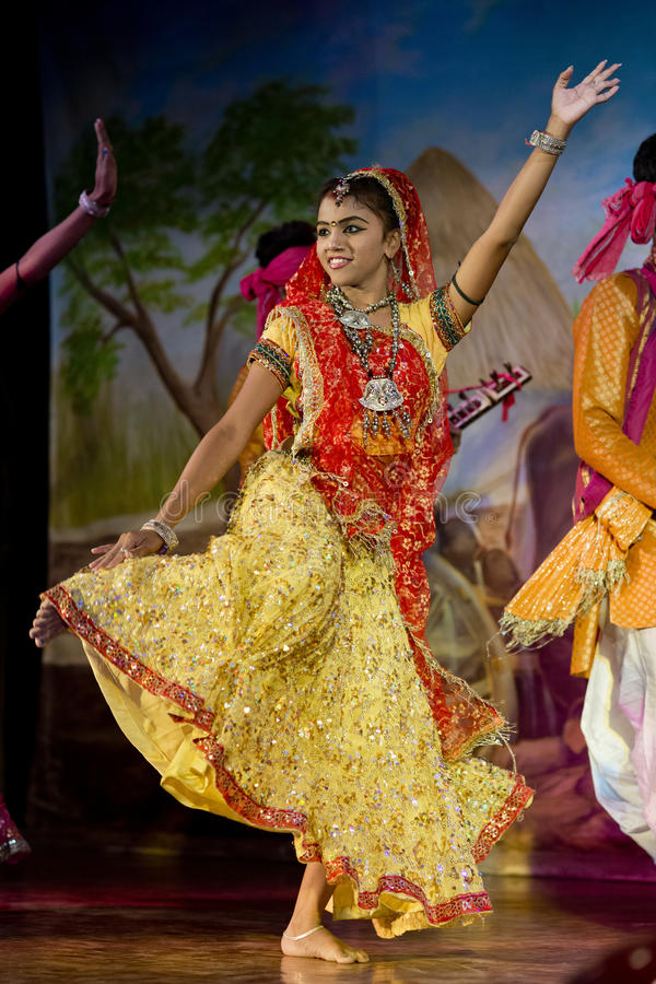 Bailarín vestido tradicional en Khajuraho imagenes de archivo