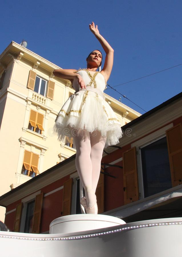 Bailarín vivo del carillón y su pianista fotografía de archivo libre de regalías