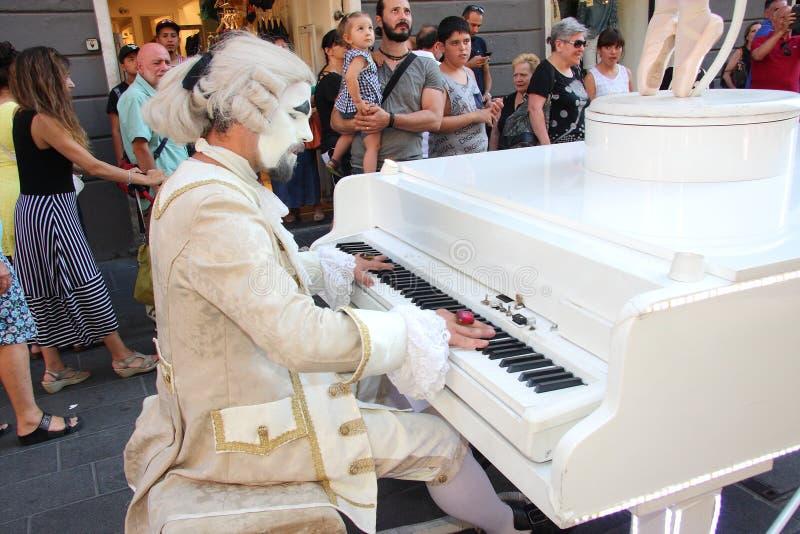 Bailarín vivo del carillón y su pianista imagenes de archivo