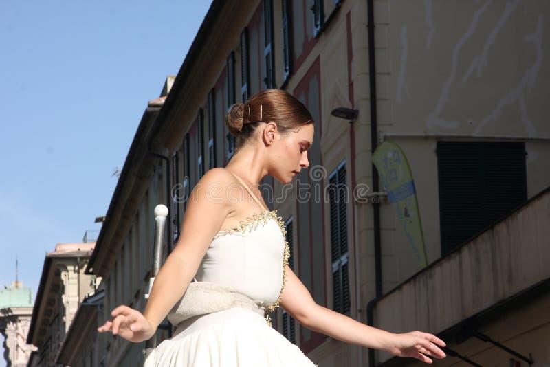 Bailarín vivo del carillón y su pianista fotografía de archivo
