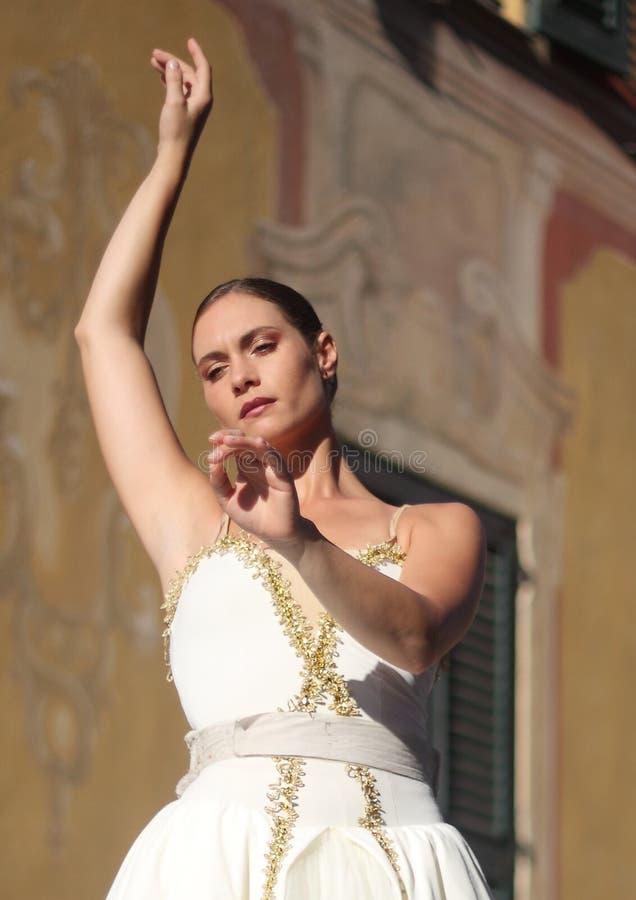Bailarín vivo del carillón y su pianista imágenes de archivo libres de regalías