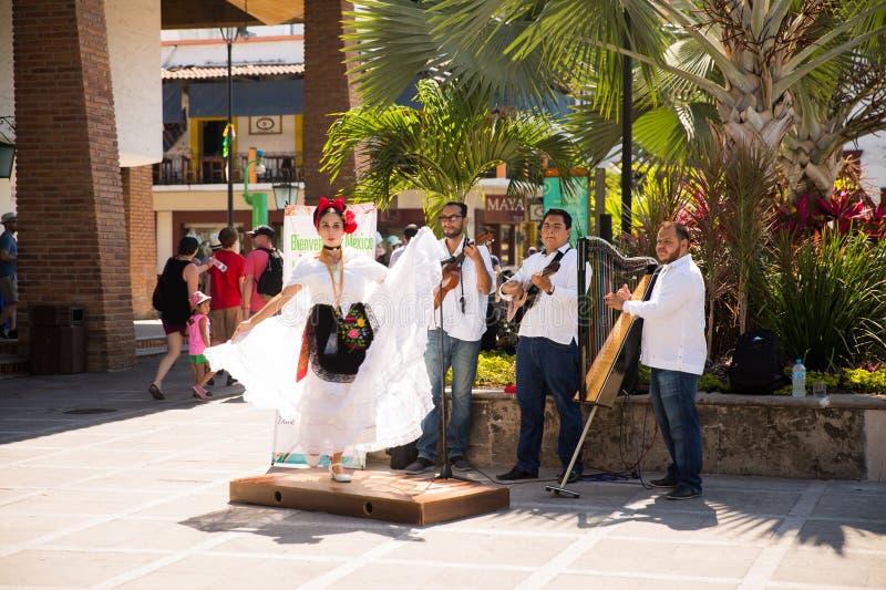 Bailarín y músicos en plaza principal imagen de archivo