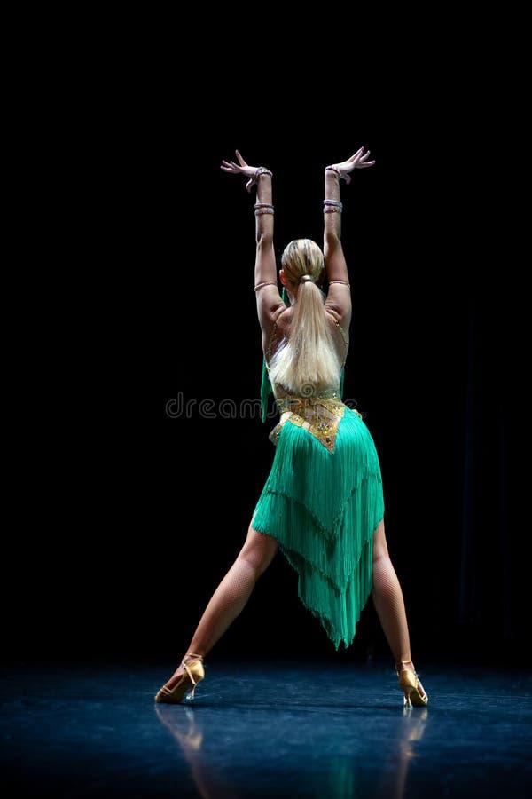 Bailar?n de sexo femenino hermoso joven que presenta en fondo negro fotos de archivo