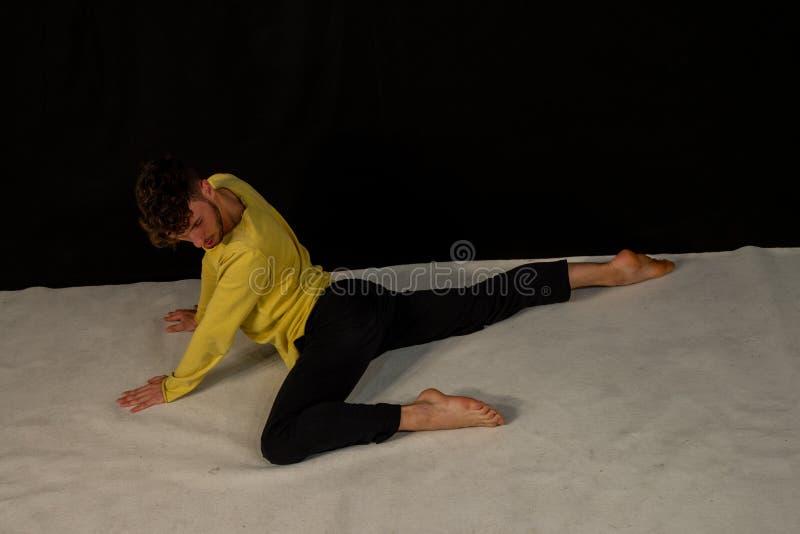 Bailar?n de sexo masculino joven en movimientos de la danza fotos de archivo libres de regalías