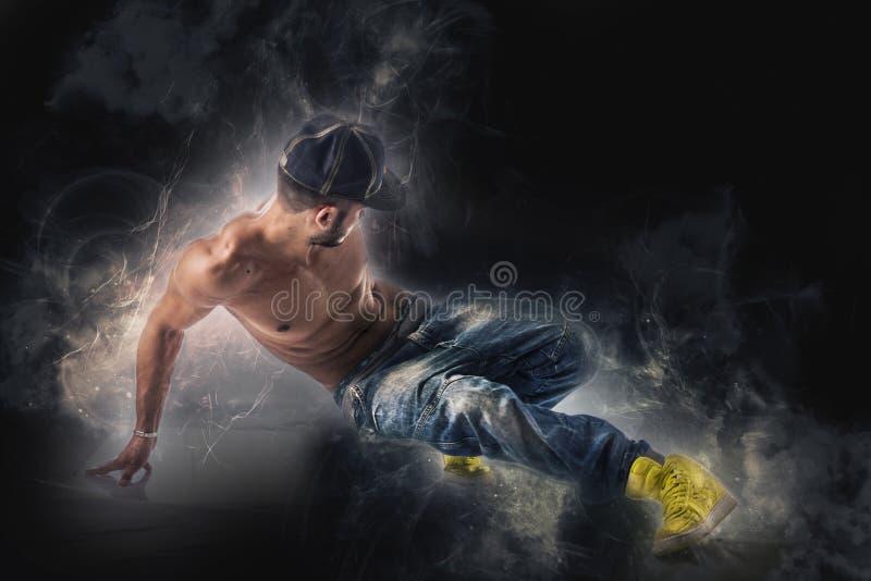 Bailar?n del hip-hop que muestra algunos movimientos aislados en el fondo blanco imagen de archivo