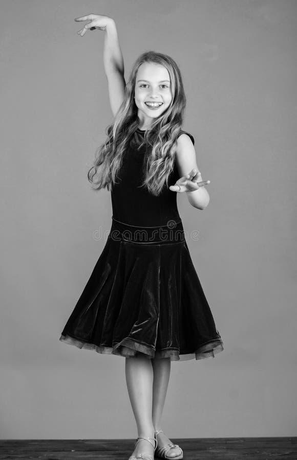 Bailar?n del ni?o satisfecho con el equipo del concierto Vestido violeta del ni?o de la muchacha del terciopelo lindo del desgast imágenes de archivo libres de regalías