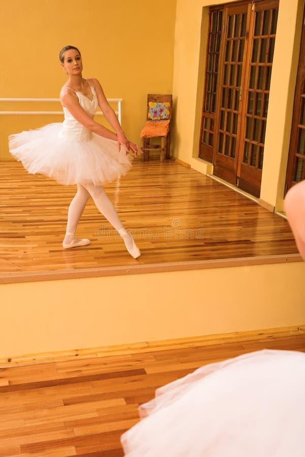 Download Bailarina #27 imagen de archivo. Imagen de pointing, experto - 1280603