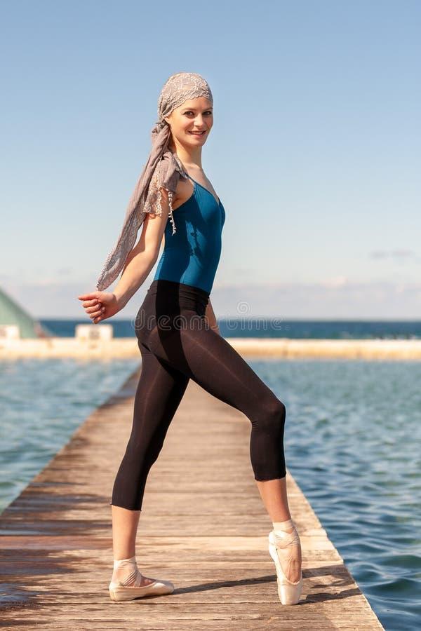 Bailarina adolescente no tiro exterior em banhos em Newcastle - formato do oceano de retrato fotografia de stock