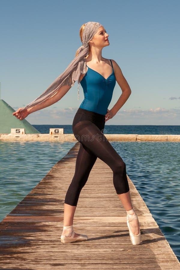 Bailarina adolescente no tiro exterior em banhos em Newcastle - formato do oceano de retrato fotos de stock royalty free