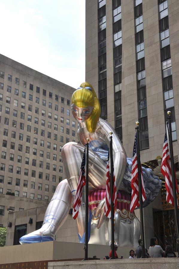 Bailarina assentada na plaza de Rockefeller de Manhattan em New York City no Estados Unidos imagens de stock