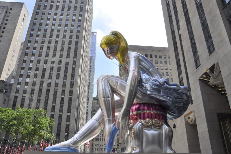 Bailarina assentada na plaza de Rockefeller de Manhattan em New York City no Estados Unidos imagem de stock