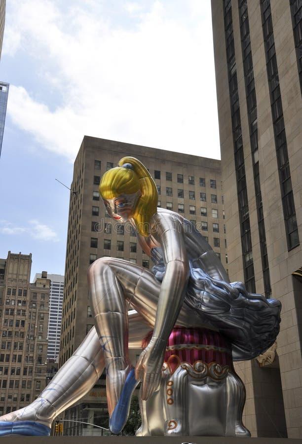 Bailarina assentada na plaza de Rockefeller de Manhattan em New York City no Estados Unidos fotografia de stock royalty free