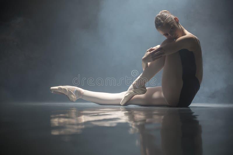 Bailarina assentada na sala de classe fotos de stock royalty free