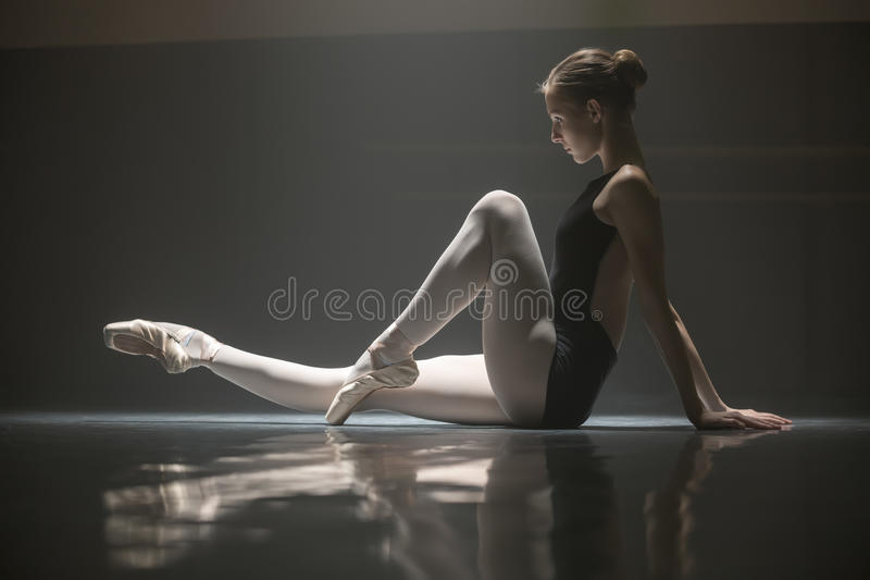 Bailarina assentada na sala de classe foto de stock