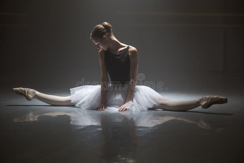 Bailarina assentada na sala de classe imagem de stock