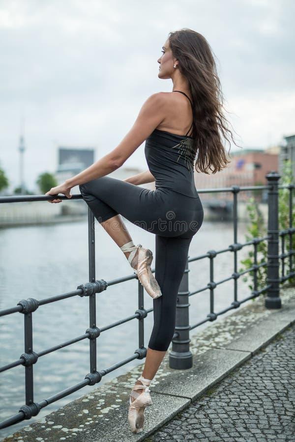 Bailarina atrativa que levanta fora imagem de stock royalty free