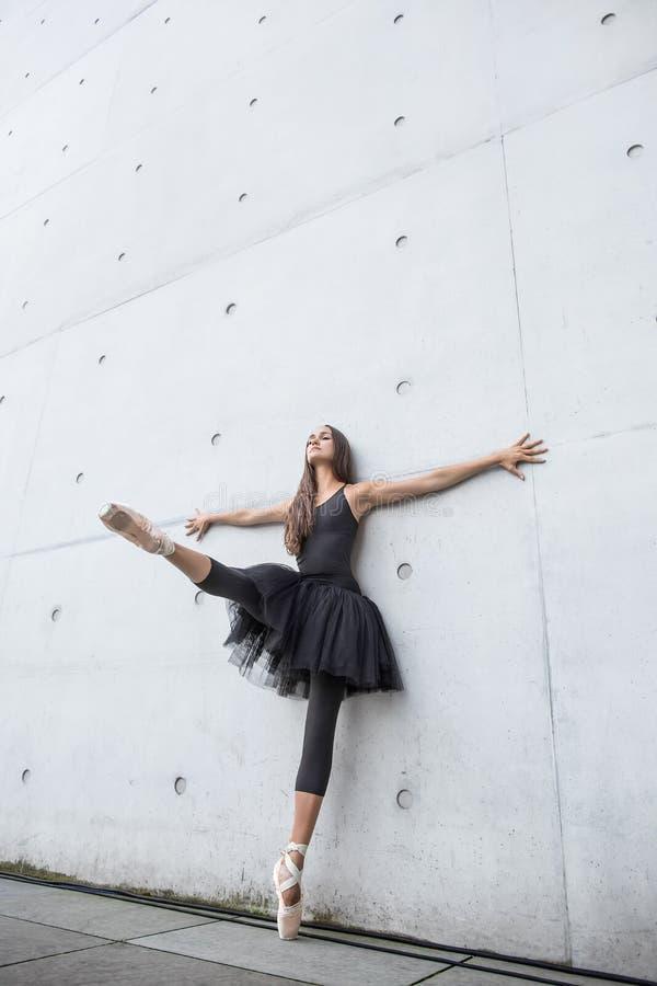 Bailarina atrativa que levanta fora foto de stock royalty free