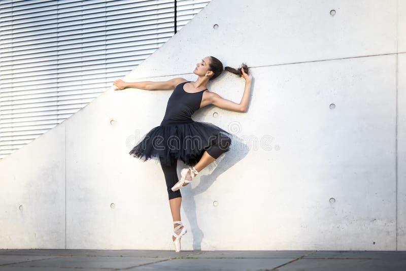 Bailarina atrativa que levanta fora fotos de stock