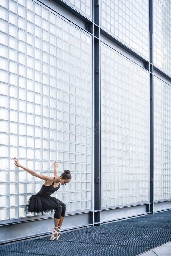Bailarina atrativa que levanta fora fotos de stock royalty free
