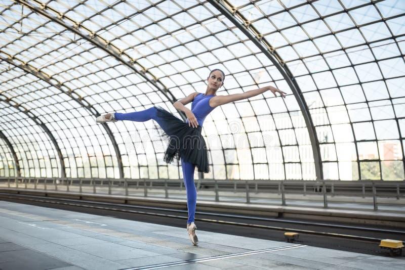 Bailarina atrativa que levanta fora imagem de stock