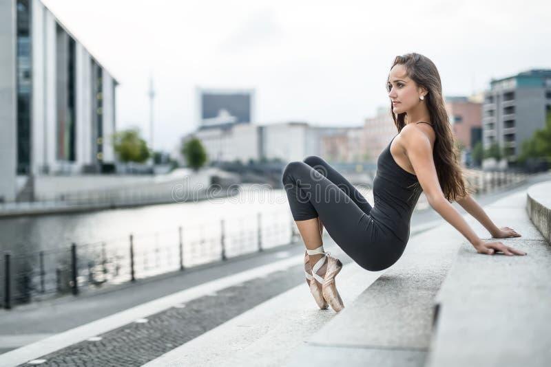 Bailarina atrativa que levanta fora imagens de stock royalty free