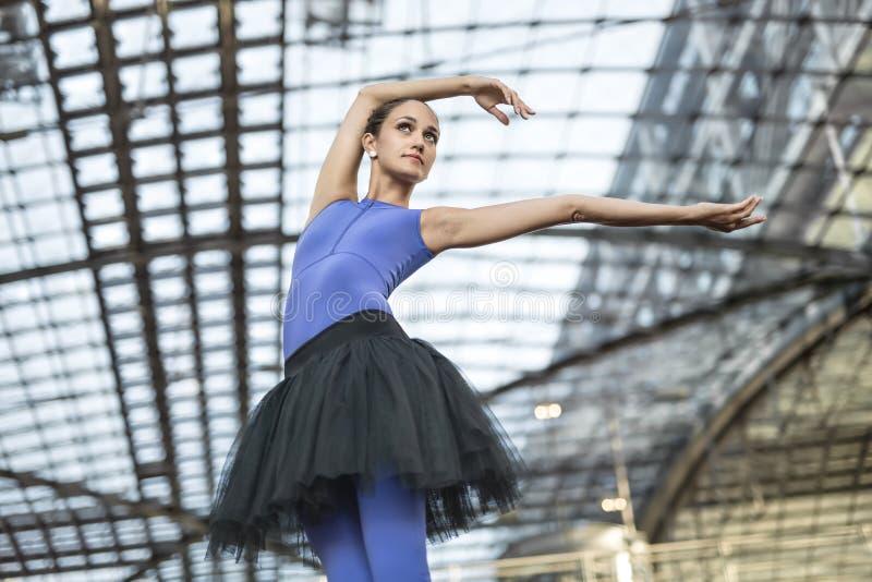 Bailarina atrativa que levanta fora imagens de stock