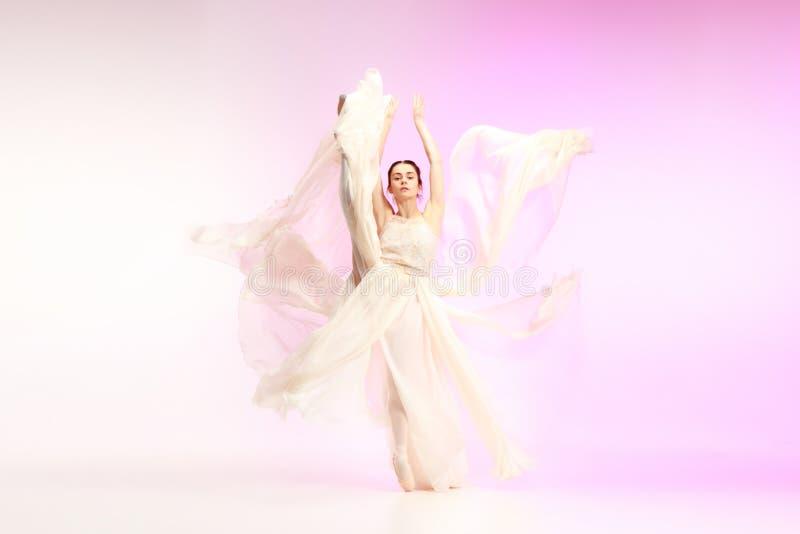 Bailarina Baile femenino agraciado joven del bailarín de ballet sobre estudio rosado Belleza del ballet clásico fotos de archivo libres de regalías