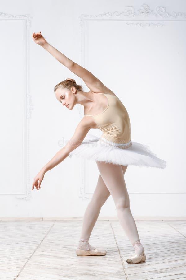 Bailarina bonita da jovem mulher imagens de stock royalty free