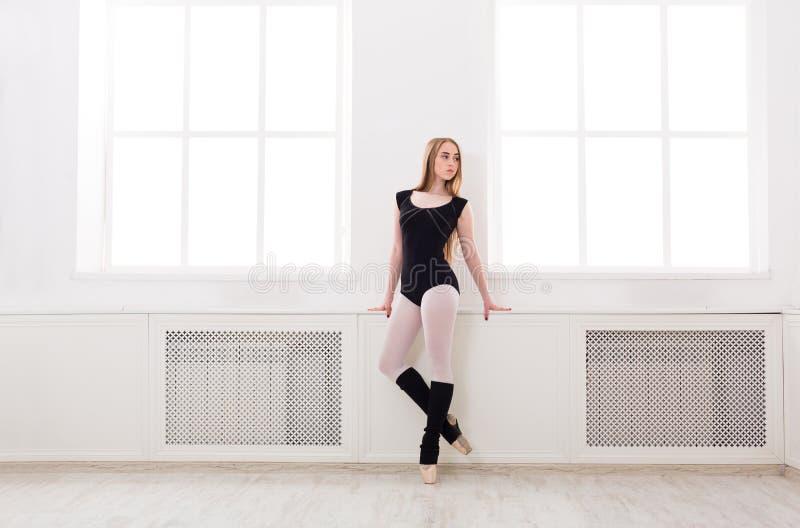 A bailarina bonita está a janela próxima fotografia de stock