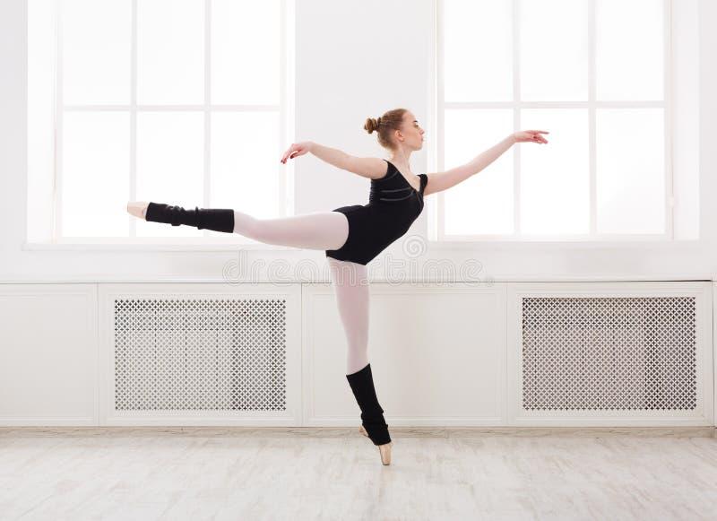 A bailarina bonita está no arabesque do bailado fotografia de stock