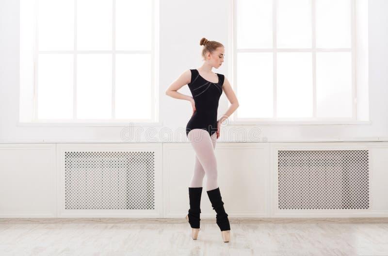A bailarina bonita está no croise do bailado foto de stock royalty free