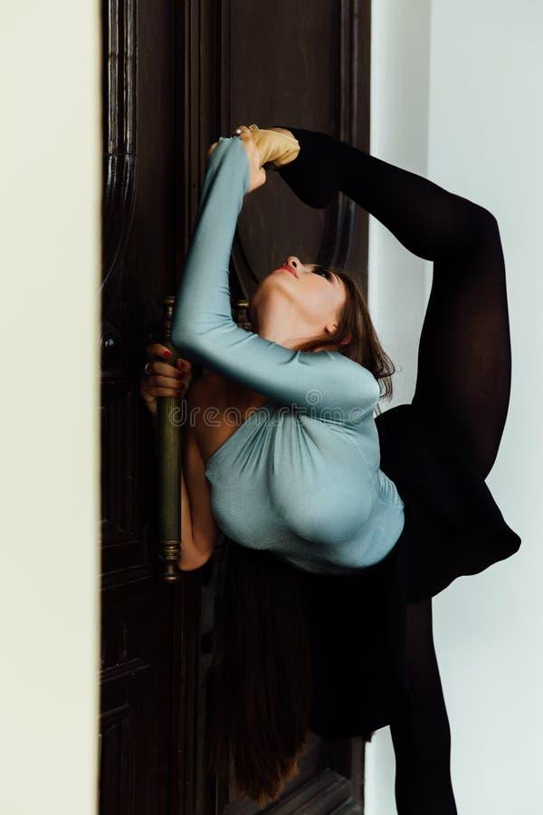 Bailarina bonita graciosa da menina que levanta na rua da porta da madeira do teatro do vintage imagens de stock