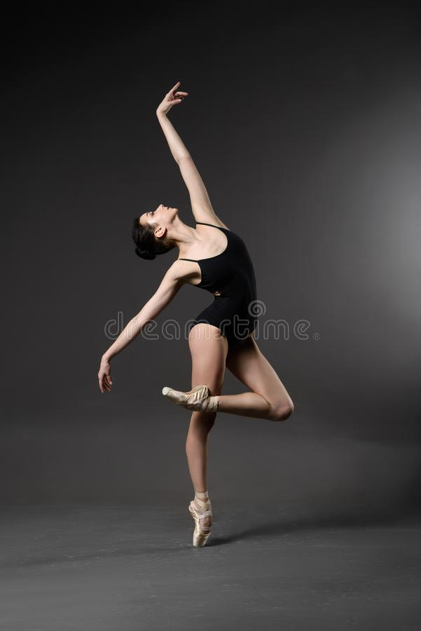 Bailarina bonita na malha preta imagens de stock