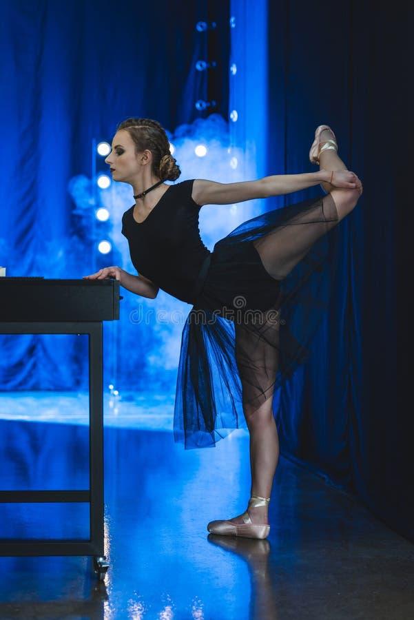 bailarina bonita no esticão da malha e do tutu foto de stock
