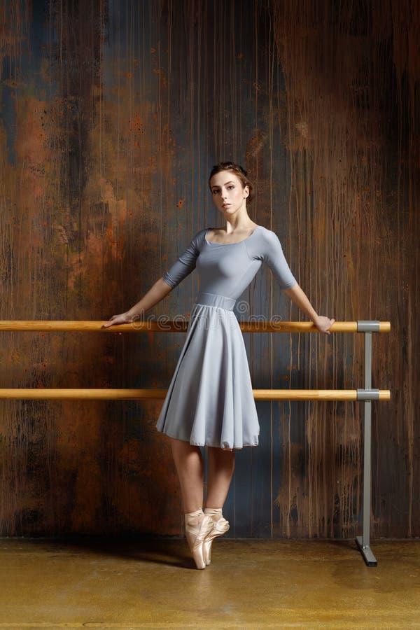 A bailarina bonita nova está levantando no estúdio imagens de stock