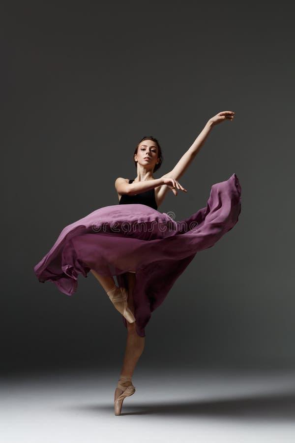 A bailarina bonita nova está levantando no estúdio foto de stock