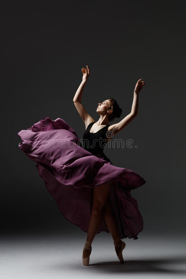 A bailarina bonita nova está levantando no estúdio imagem de stock
