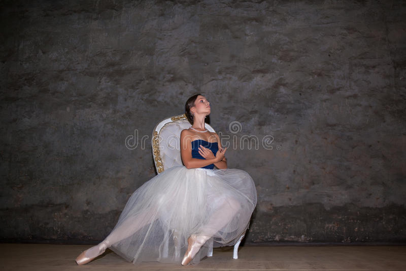 A bailarina bonita que levanta na saia branca longa foto de stock royalty free