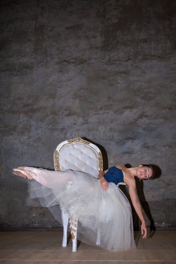 A bailarina bonita que levanta na saia branca longa fotos de stock royalty free